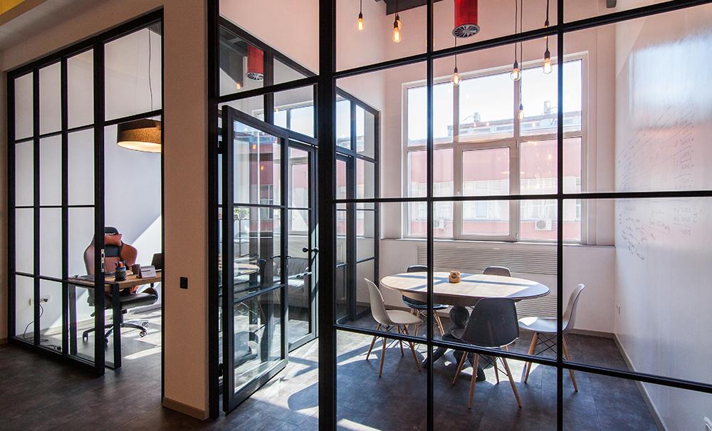 detaliu design interior spatiu comercial contemporan